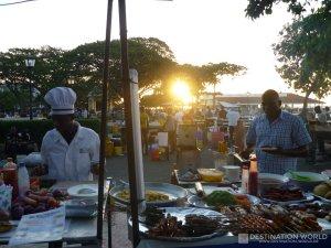 Emsiges Treiben auf dem Night Food Market im Forodhani Garden