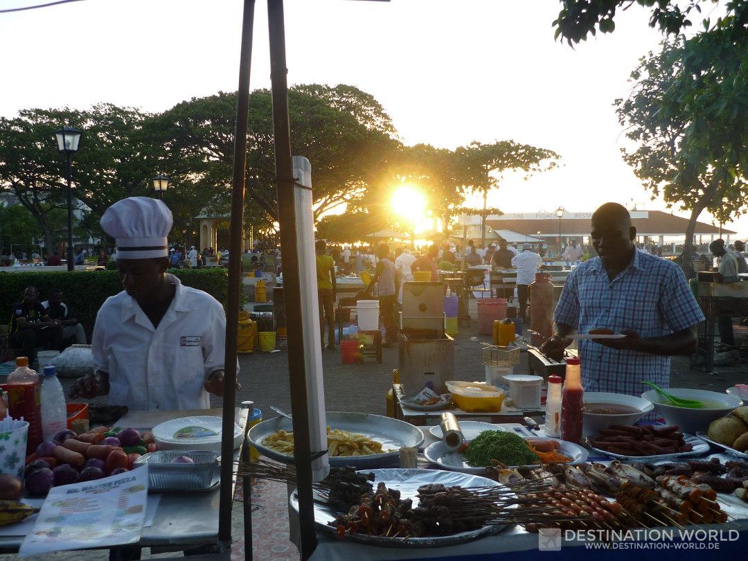 Sansibar Reiseblog. Emsiges Treiben auf dem Night Food Market im Forodhani Garden