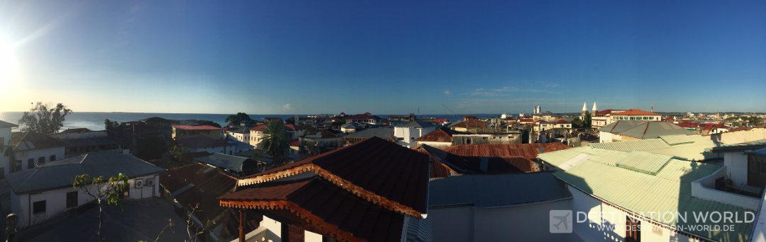 Blick über die Dächer von Stone Town von der Dachterrasse des Dhow Palace Hotels Sansibar Reiseblog