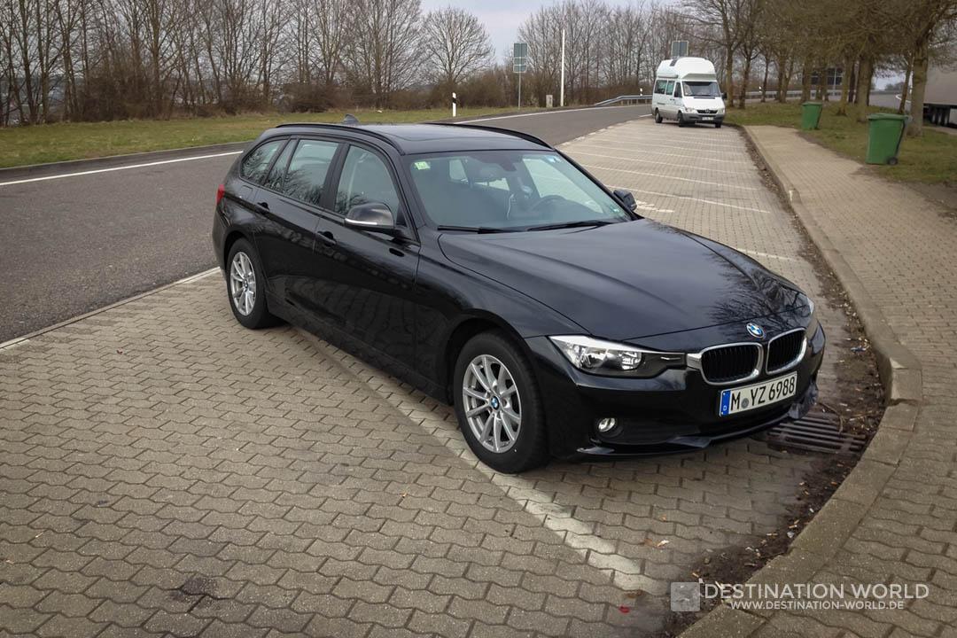 Sixt 3er BMW Touring auf einem Autobahnrastplatz