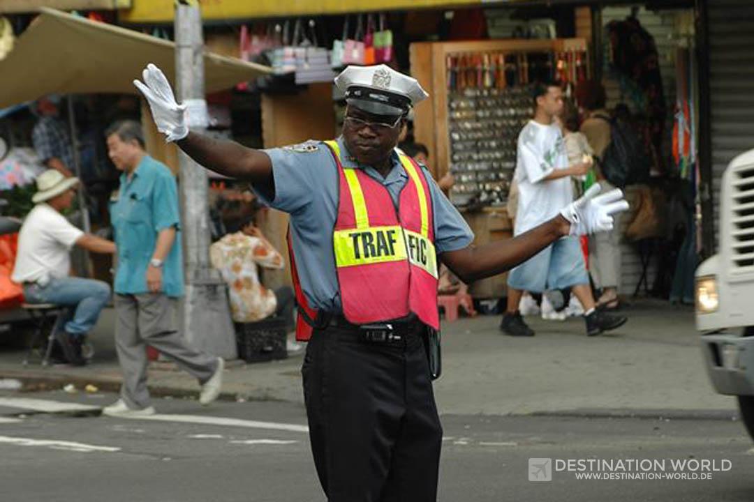 NYPD Verkehrspolizist auf einer Kreuzung