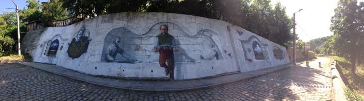 Стената до моста, на която са изобразени майстор Колю Фичето в цял ръст и елементи от неговите строежи