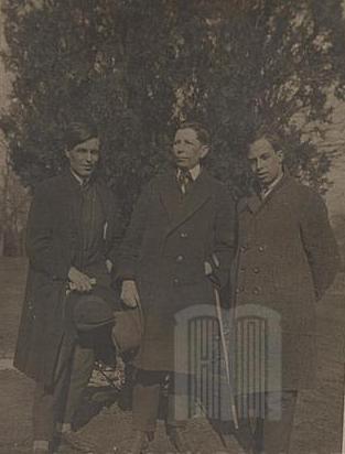 Ангел Каралийчев, драматургът Рачо Стоянов и Никола Фурнаджиев, София, 1927 г.