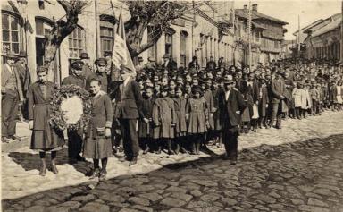 15.05.1929 г.; училищно шествие по случай 50-годишнината от Освобождението и откриването на Руския паметник