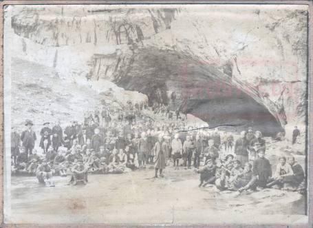 "Ученици пред пещера ""Бачо Киро"""