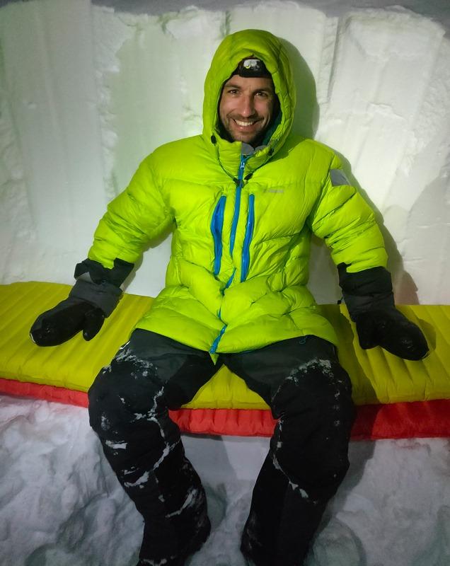 Assis dans l'igloo