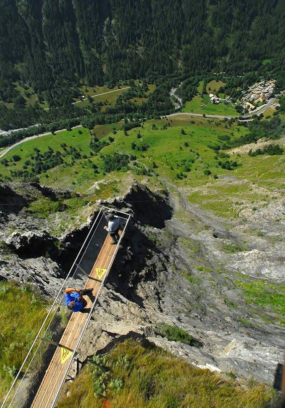 Passerelle suspendue au-dessus de la vallée