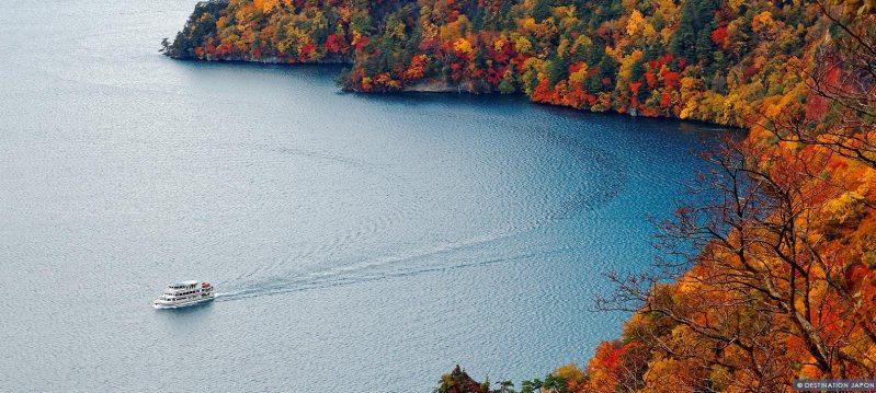 Bateau sur le lac Towada en automne