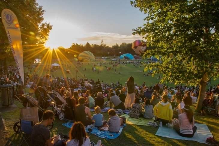 the zuru nightglow show at the hamilton hot air balloons