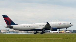 Deux passagers ouvrent l'issue de secours alors que l'avion roulait