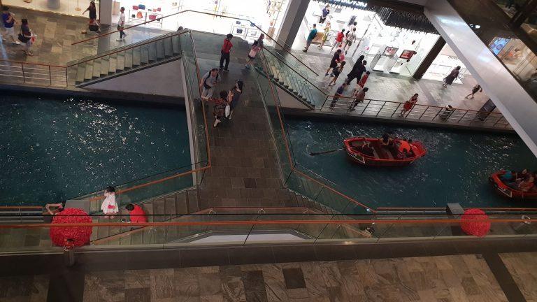 Barques dans le centre commercial Marina Bay Singapour
