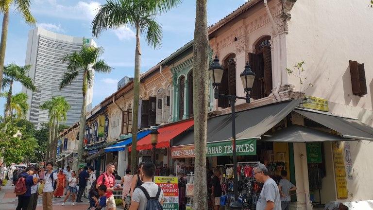 Rue en face de la mosquée Singapour