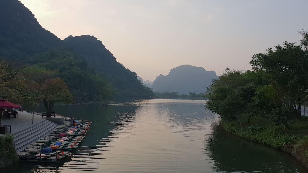 Quai bateau baie d'Ha Long terrestre à Trang An