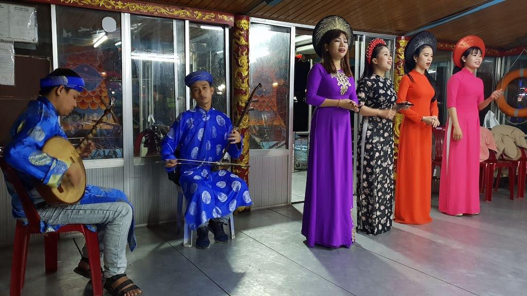 Spectacle de musique traditionnelle hué