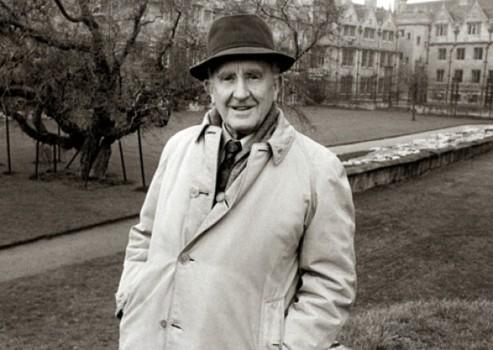 Tolkien paseando por las afueras de Oxford donde ejercía de profesor.