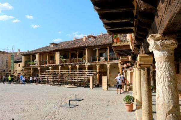 Plaza Mayor de Pedraza con las gradas para festejos - Destino Castilla y León