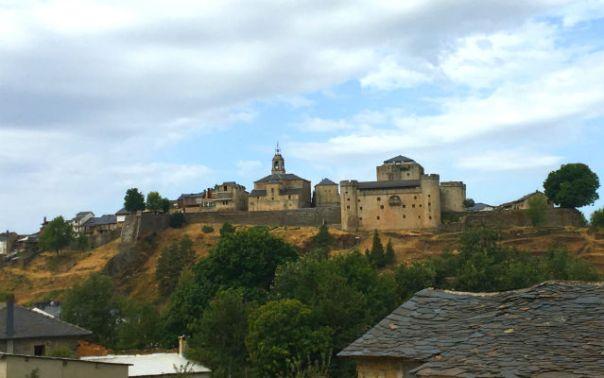 Peña de Puebla de Sanabria, una ciudad amurallada que domina el paso - Destino Castilla y León