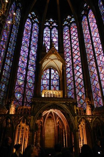 A capela tem vitrais belíssimos
