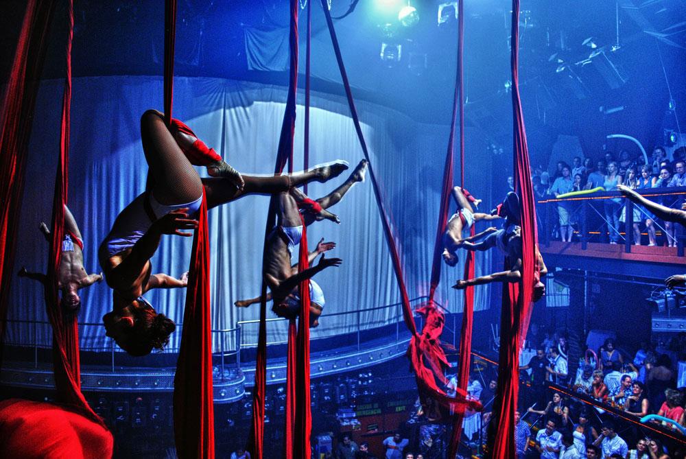 Acróbatas cuelgan de cortinas en el Coco Bongo Show & Disco