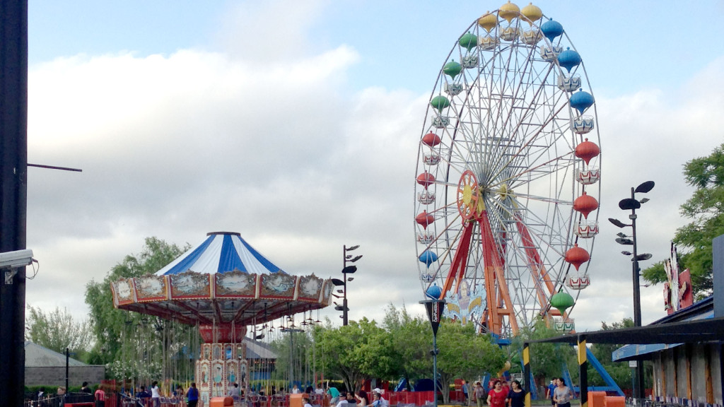 Las Sillas Voladoras y la noria Vuelta al Mundo en el Parque de la Costa