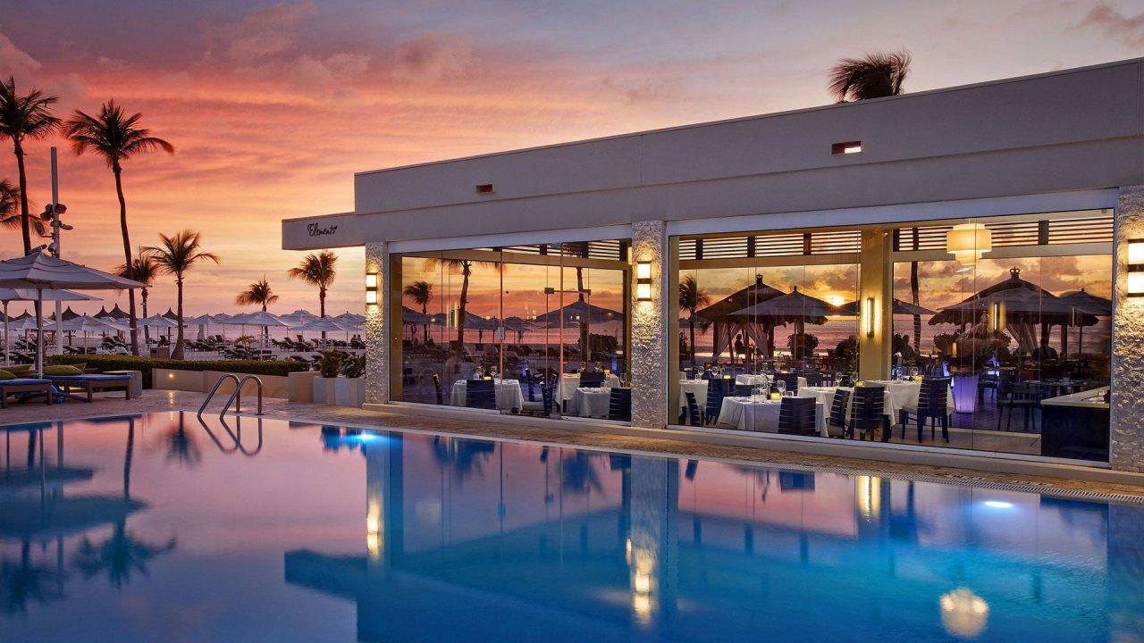 Piscina y Restaurante Elements (Foto: Bucuti & Tara Beach Resort))
