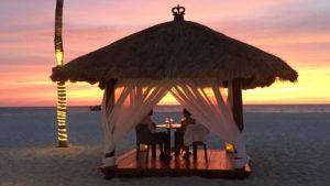 Cena romántica con vista al océano (Foto: Bucuti & Tara Beach Resort)