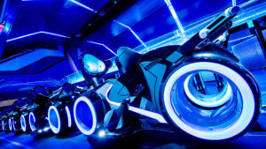 La atracción TRON Lightcycle Run en Disneyland Shanghai (Foto: Disney)
