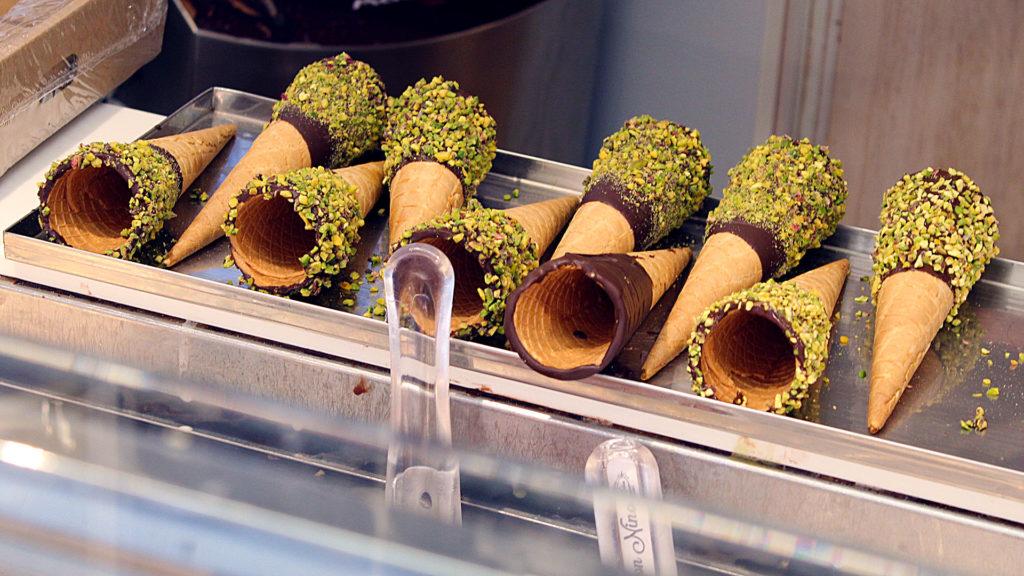 Conos de helado recubiertos de chocolate con pistacho en Don Nino