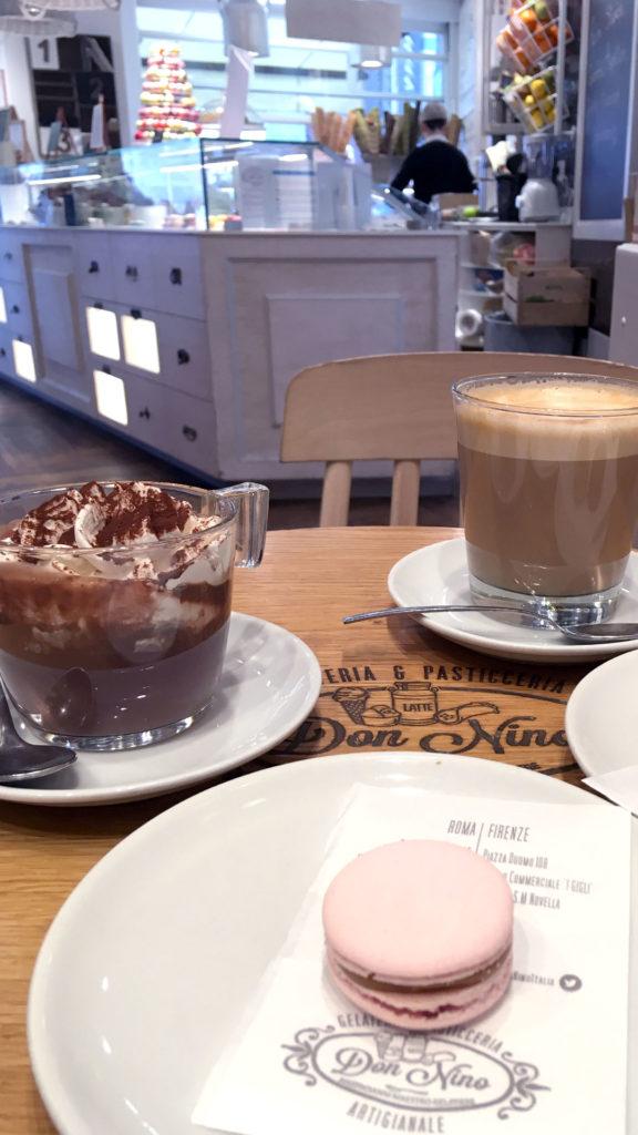 Café, capuccino y macaron en Don Nino