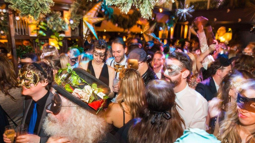 Muchas capitales del mundo ofrecen diversas fiestas inmersivas de disfraces como el Baile de Máscaras de A Curious Invitation en Londres, Inglaterra