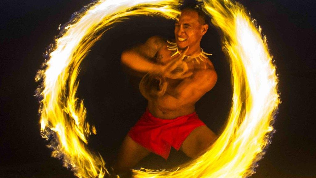 Bailarín tradicional de fuego en Samoa