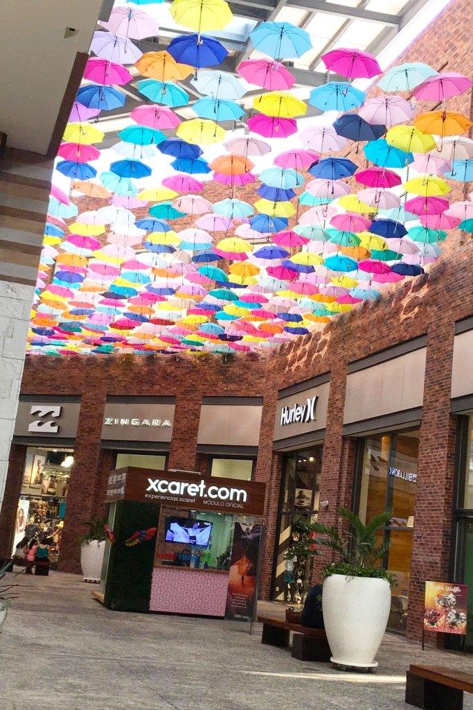 Decoración de paraguas en Puerto Cancún Marina Town Center