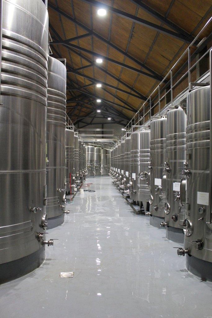 Tanques metálicos de vino dentro de una bodega
