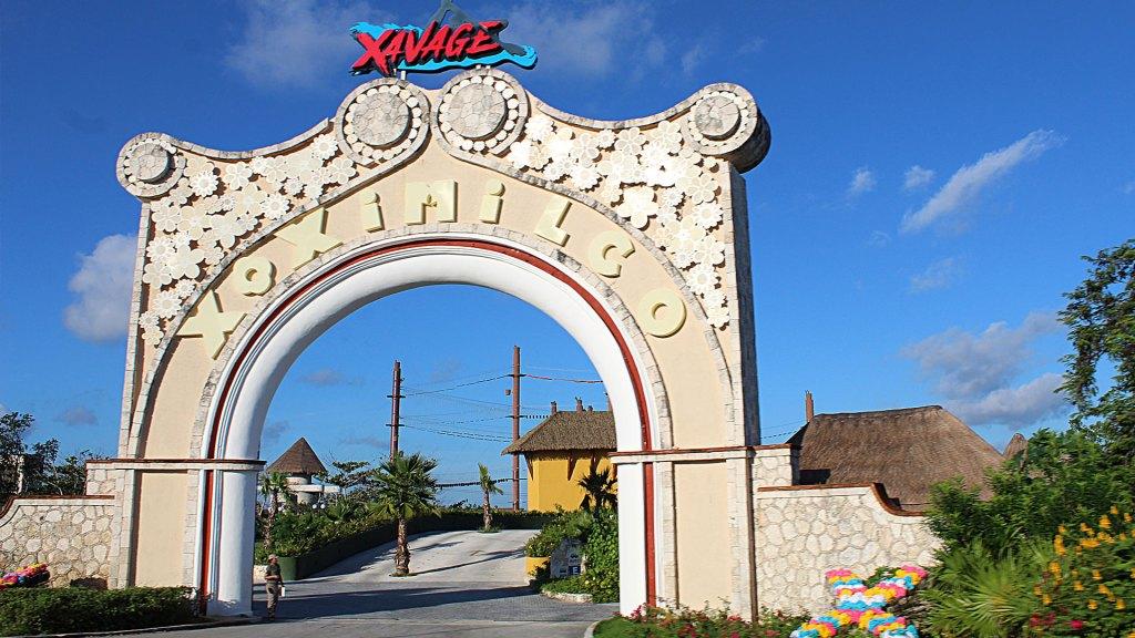 Entrada hacia las atracciones Xoximilco y Xavage