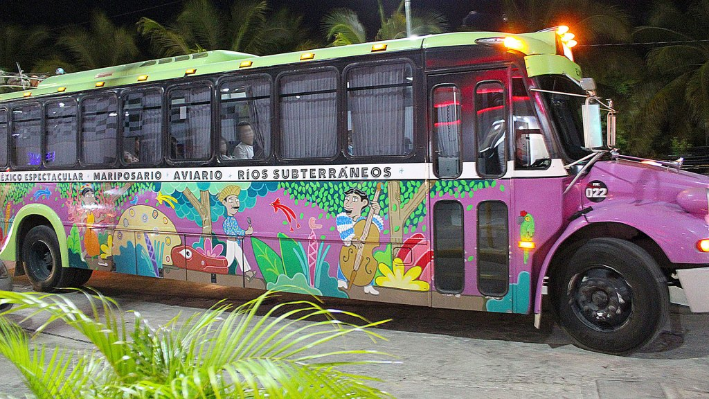 Grupo Xcaret cuenta con transporte para las atracciones que hayan reservado desde varios puntos céntricos de Cancún | Grupo Xcaret has buses to pick up guest at several strategic meeting spots around Cancun and take them to their reserved parks and attractions