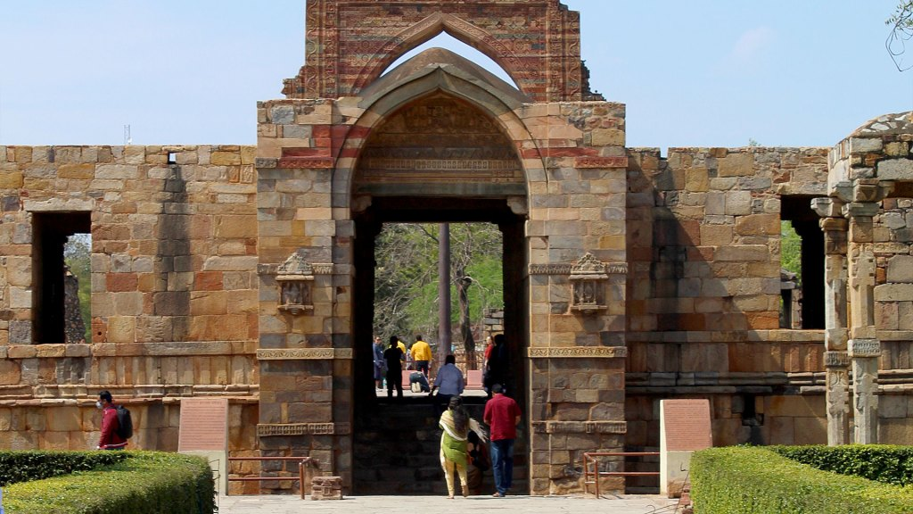Quwwat-ul Islam Entrada   Entrance