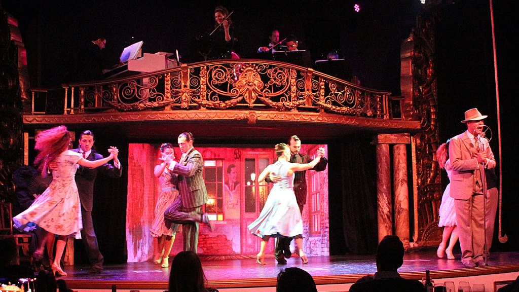 Bailarines de tango y Ache Rey como Carlos Gardel