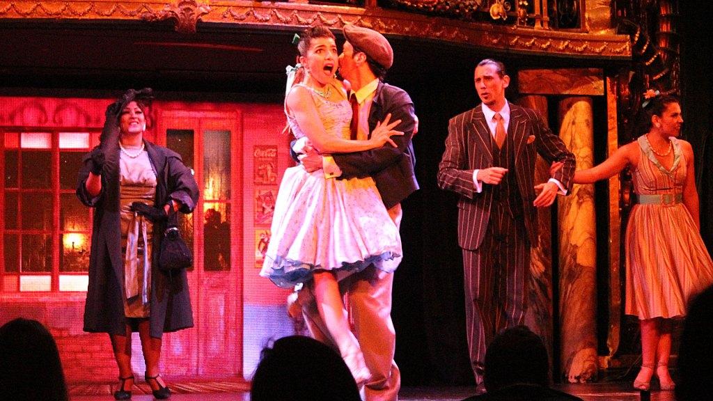 Bailes y besos en Teatro Carlos Gardel