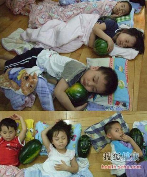 ninos-durmiendo-con-melon