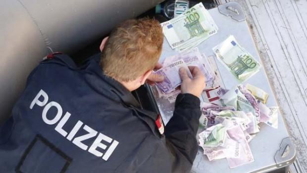 Lokal Taucher der Feuerwehr tauchen nach Geld, über 40.000 Euro in neue Donau Wehr 1 bei wasserskilift, danauinsel, Fotos nicht bearbeitet