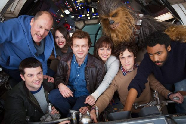Il cast del nuovo Star Wars riunito all'interno del Millenium Falcon