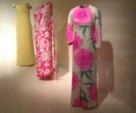 Au premier plan: robe Balenciaga