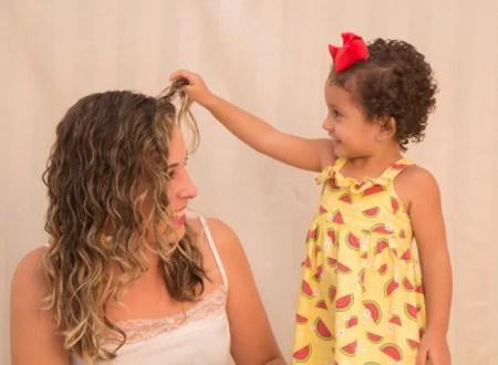 Dicas para cuidar do cabelo cacheado das crianças