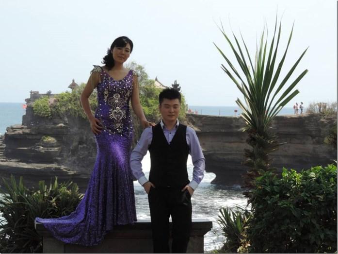 Jeunes mariés au Tanah Lot (tenues non traditionnelles)