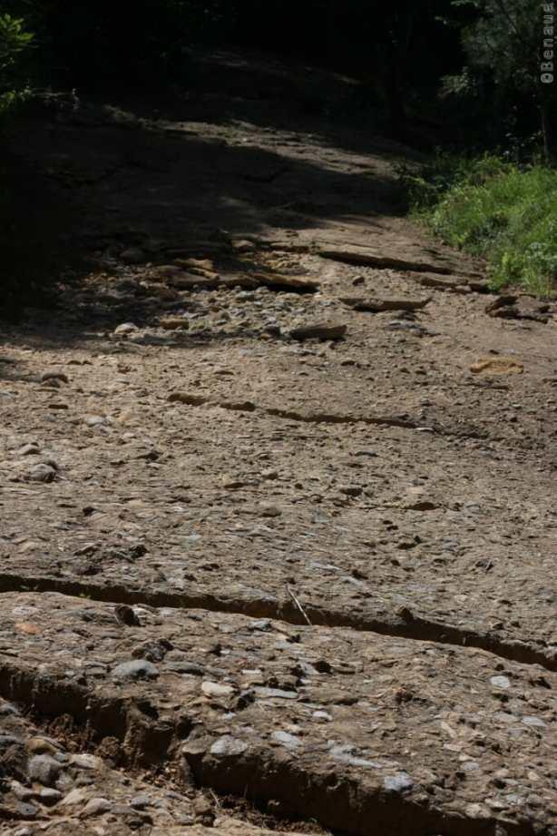 Photo des blocs de béton sur la Pyramide en Bosnie