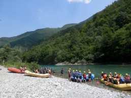 Photo de la rivière Tara au Montenegro - un groupe de rafters