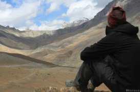 Trek au Zanskar en Himalaya - mon pote en contemplation - benoit richer