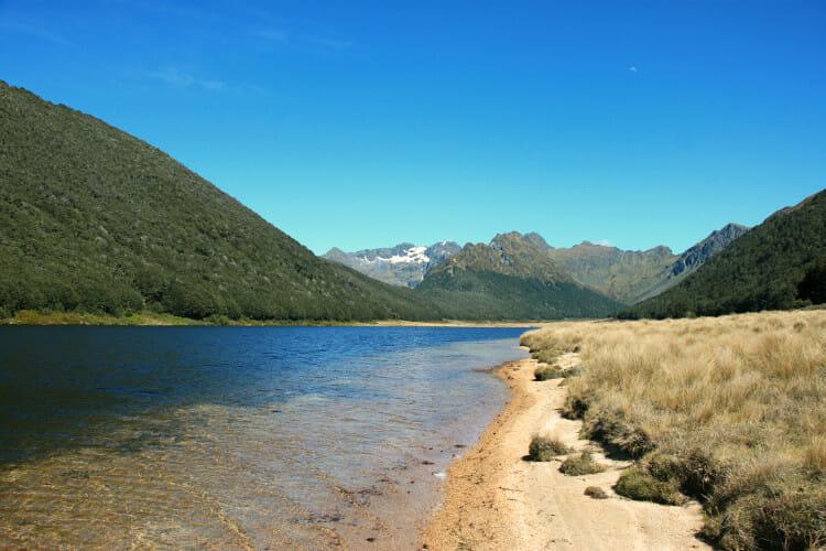 Au bord du lac dans les montagnes de Murchison en Nouvelle Zélande