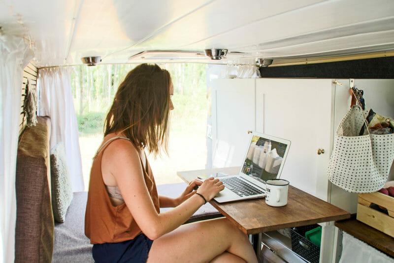 Internet en voyage - Marion au travail dans le van