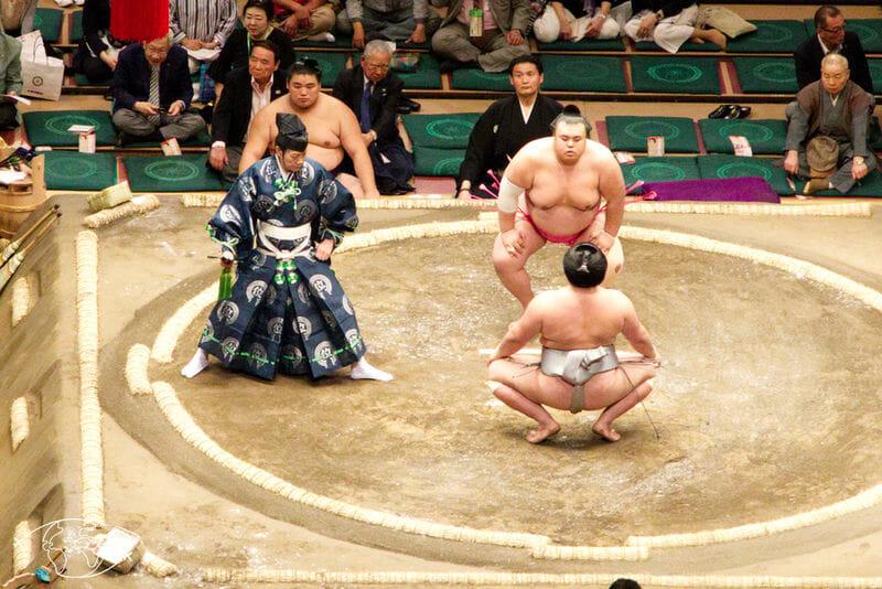 Arbitre et Sumo sur l'arène à Tokyo